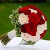 Букет невесты красно-белый Флористическая студия «Gloriа Day» - розы с бесплатной доставкой!